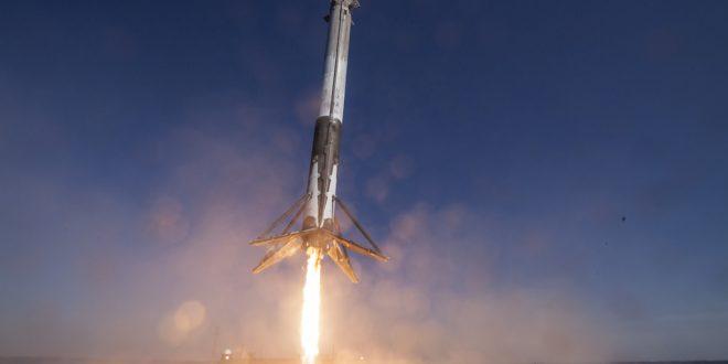 """Заглавна картинка на статията """"SpaceX праща хора на Луната"""""""