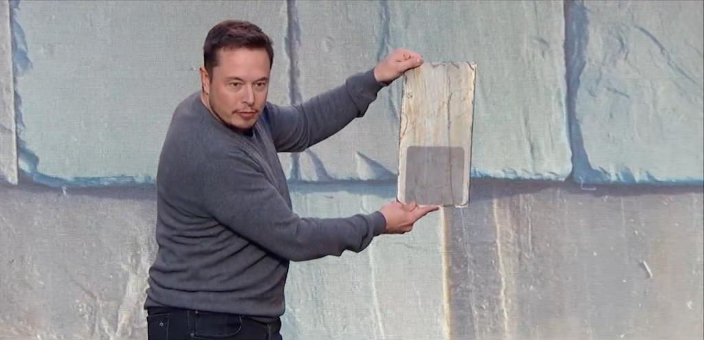 Елън Мъск показва соларния елемент, скрит във френска керемида.