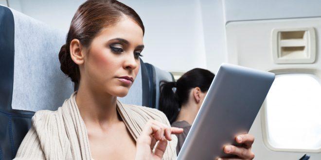 Снимка на жена с таблет на борда на самолет