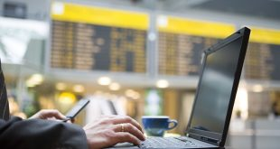 Подхояи игри за път - Laptop at airport