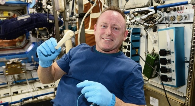 Бари Уитмор с първият обект, създаден в космоса - гаечен ключ