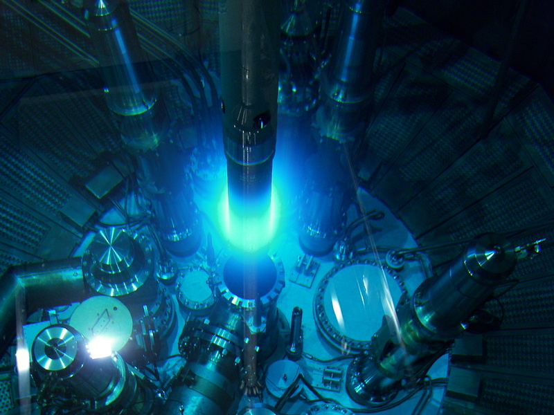 Черенково светене в реактора FRM II. Изображение: Jürgen Neuhaus, FRM II