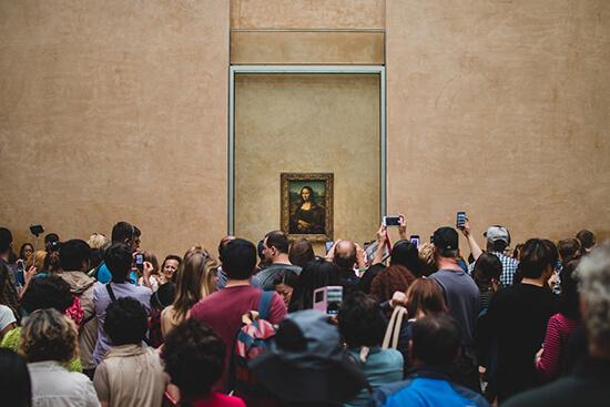 Тълпа туристи пред портрета на Мона Лиза в Лувъра