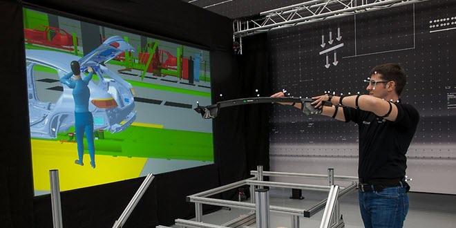 снимка на работник в завод на Мерцедес, чиито движения се пресъздават от софтуер с виртуална реалност с помощта на сензори по тялото