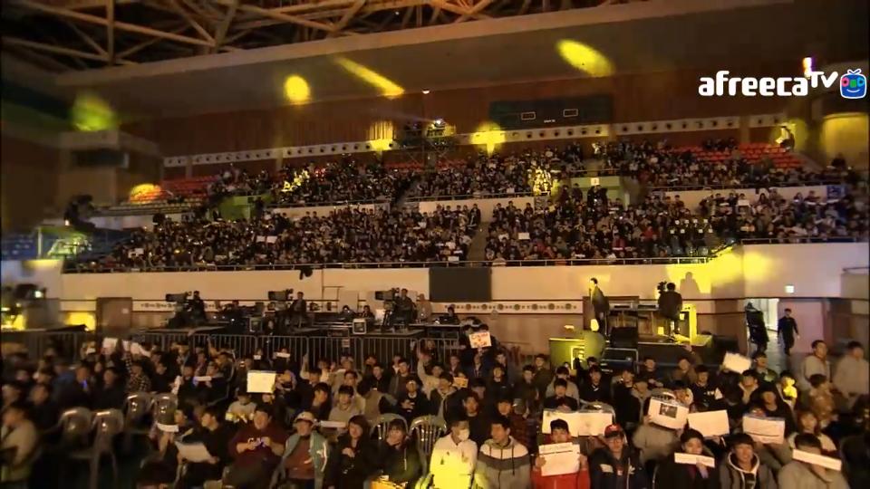 Залата беше огромна