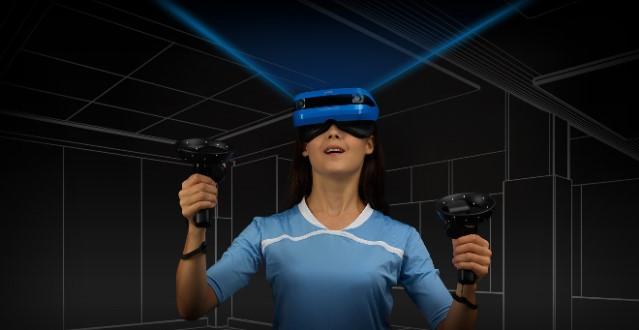 картина на жена, ползваща Acer Mixed Reality Headset, която вижда очертания на виртуални стени и стаи