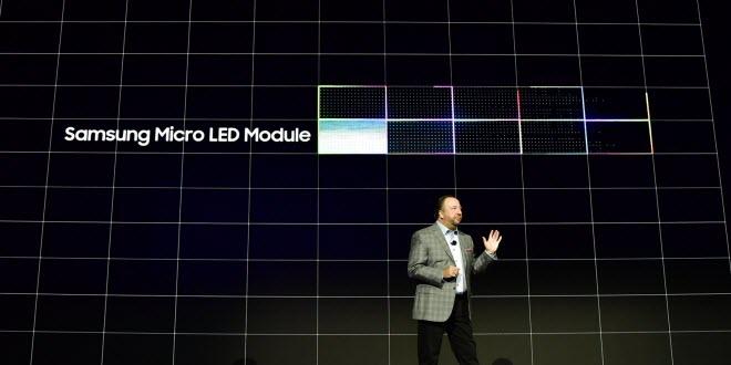 служител на Самсунг представя технологията на микро светодиодите