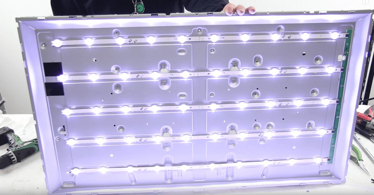 снимка на диодните ленти, които осветяват панела на повечето LCD телевизори продавани в днешно време