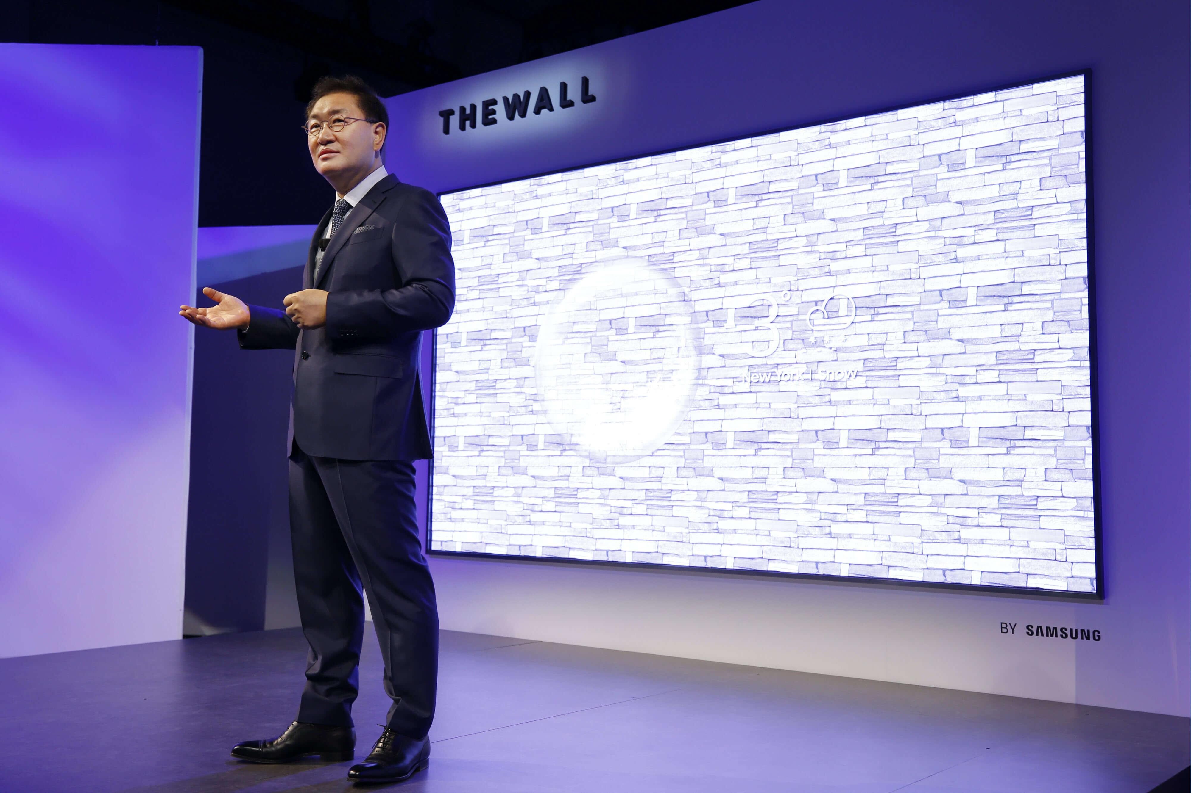 служител на самсунг представя новата технология за микро светодиоди
