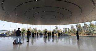 Служители постоянно се блъскат в новата стъклена сграда на Apple и показват, че високият интелект и завидните технологични умения невинаги вървят ръка за ръка с добра ориентация.
