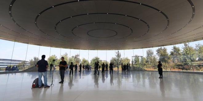 Служители постоянно се блъскат в новата стъклена сграда на Apple