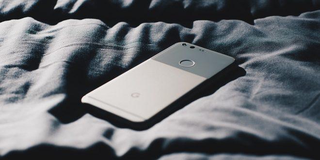 3 причини да не спите с телефон в леглото